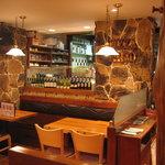 ピザ パテオ - 石と白木のイメージの店内