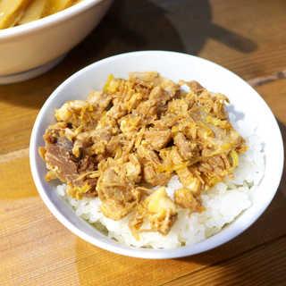 和鉄 蒲田店 - ミニチャーシュー丼。生姜風味で肉感よく仕上げてある、これが無料とは太っ腹!