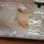 鮨志乃介 - ヒラメに塩昆布とエンガワ重ね