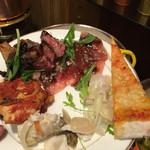 52476578 - 左上からタリアータ                       その下がマグロのカルパッチョ                       左がチキンカチャトーラ                       下が白身魚のなんか(⌒-⌒; )                       その上右が鯛のカルパッチョ                       一番右がピザ