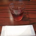 あきこのちゃんぽん - ウーロン茶とウェットティッシュ。女性には嬉しいです。