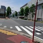 52487629 - お店の列に並んで…振り返ると~後ろには千葉駅方面に向かう道。目の前の通り向かい側には、千葉市民会館が見えます。