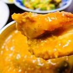 ヒマラヤレストラン&バー - ナンにカリーをつけて一口でパクリ