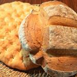 パネイラ - 厨房で焼かれる北海道産小麦100%の2種類の手ごね自家製パン