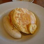 bills - リコッタパンケーキ w/ フレッシュバナナ、ハニーコームバター