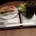 エクセシオール カフェ - アイスコーヒーとサーモンとクリームチーズのサンド、サラダのセット。 税込860円。 うまし。