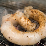 肉稀組 - 2016.6 一本マルチョウを炭火の七輪で焼いています