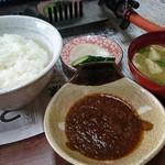 ひさご食堂 - 定食のご飯、味噌汁、つけダレ、漬物。
