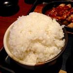 甘太郎 - ごはんのおかわりはお約束の漫画盛りで。見た目こそ量感たっぷりだが、茶碗のサイズがさほどでもないので、大した量ではない。