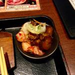 甘太郎 - 漬物は白菜水漬け、白菜キムチ、キュウリの九ちゃん。ごはんのおかわりの時にセルフで取る。味はごく普通。