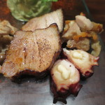 コロスケ - 豚の三枚肉、タコ、鶏もも肉の燻製盛合せアップ