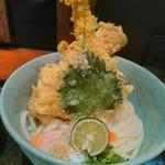 うどん棒 - 名物「ちく玉ひや天」。気前のいい天ぷら盛りが最高!