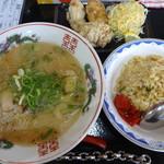 大一食堂 - 「豚骨ラーメン(\500)」+「半焼飯+唐揚(\460)」