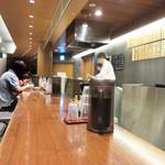 博多天ぷら たかお - 天ぷらひ○おより落ち着いた雰囲気。カウンター席がメインですが、テーブル席もあります。