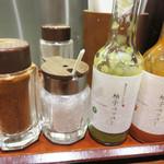 博多天ぷら たかお - 卓上の調味料。粗塩・一味・柚子ペッパー(液体の柚子胡椒酢)。