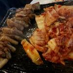 韓マウン - 生サムギョプサル ¥980×2 の豚肉、キムチ