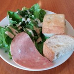 イタリアンバル アドマーニ - マグロとサーモンの漬け丼~温玉添え~(サラダ+フォカッチャ)