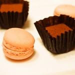 リストランテ ル・ミディ ひらまつ - PRANZO B(小菓子:木苺のマカロン、生チョコレート)