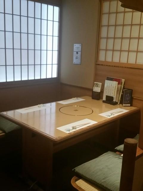 月亭 町田店 - テーブル席。