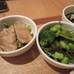 24/7 cafe apartment  - 選んだ4つおかずの小鉢はフレッシュグリーンサラダと豚の生姜焼き。
