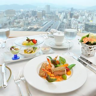 最上階からの景色を一望しながら御食事を。