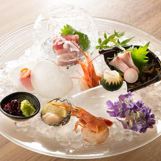 目利きが毎朝選んだ築地から届く新鮮な魚を贅沢にご堪能。