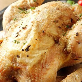 じっくり焼き上げた鶏の丸焼き!目の前でお取り分けします!