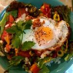 ナカナカ - スパムサラダ丼。さっぱりたくさん食べたいならこれ!カラフル!スパムを取り巻くレタスと半熟卵とご飯そしてピクルス