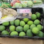 Kakaako Farmers Market - グリーンマンゴー(3個1ドル)