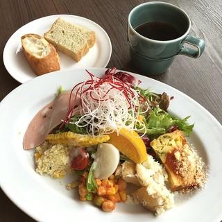 Skew - ヘルシーランチ☆1100円\(^o^)/ ライスかパンを選べるのですが、 200円でコーヒー飲み放題にしたのでパンにしました♪