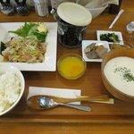 まるうま - 「塩豚のネギソース+オニオンのクリームスープ冷(\1030)」。