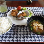 52533564 - カキフライセット 1300円(岩ガキのフライ、味噌汁、ご飯)