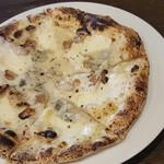 52535535 - 3種のチーズピザ