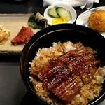 きゃんでぃ - 鰻丼このサイズですよ!!