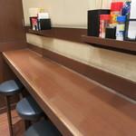 丸亀製麺 - カウンター席もあり、調味料は棚の上と工夫してます。