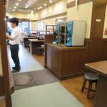 丸亀製麺 - 店内は狭いですが、明るく清潔な店内。