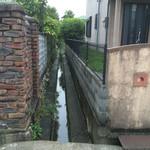 カフェアンドダイニング ヤマヤ - 家と家の間を流れる下水?