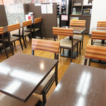 キムラヤ - 店内のイートインコーナーで菓子パンを頂くことにしました。 イートインコーナーは朝7時半から営業されているので、朝食利用も可能です。
