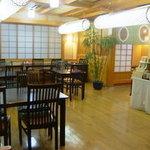 泉の里 - 明るい店内で、くつろいで美味しい料理をゆっくりどうぞ!