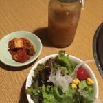 焼肉 赤牛 - ランチセットのサラダとキムチ