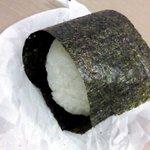 GOKU OMUSUBI - 海苔を巻いたところ.JPG