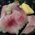 味乃魚隆 - 2016-06-22写真追加 上海鮮丼セット \1,500だったかな? ランチ限定の\990のヤツより海鮮丼が豪華。 これで蕎麦が旨ければ言うことないんだが。 (^^ゞ 2016-06-10訪問&撮影