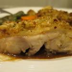 ビストロ ボングー - 鶏もも肉の香草パン粉焼き断面アップ