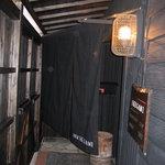 酒菜屋 IKEGAMI - 内観写真:細い通路を入っていくと入口です。