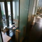 クールディーズカフェ - 今回利用させていただいたガラスのテーブル席(左側)。向こうの左側が入口です。