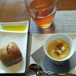 52591620 - 先にパンとカボチャのスープがきました。