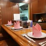 ステーキハウス バロン - カウンター5席とテーブル1席の小さな店