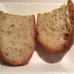 イル ボデガ - 自家製パン