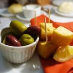 ステーキ&トラットリア カルネジーオ - ひよこ豆のフリット、オリーブ