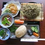牧之庵 - そば(うどん)御膳:自家生産の魚沼コシの大きなおにぎりとセット、女性に人気のメニュー
